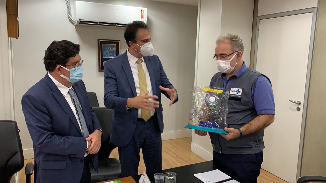 Em reunião presencial com ministro da Saúde, Camilo Santana apresenta capacete Elmo